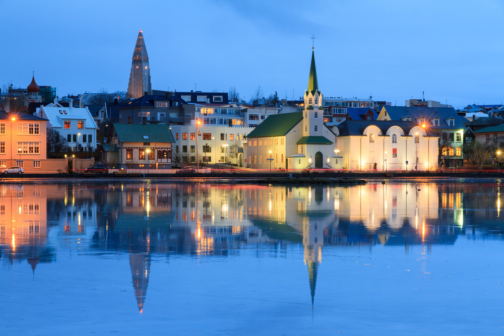 La bahia de Reikiavik durante la noche