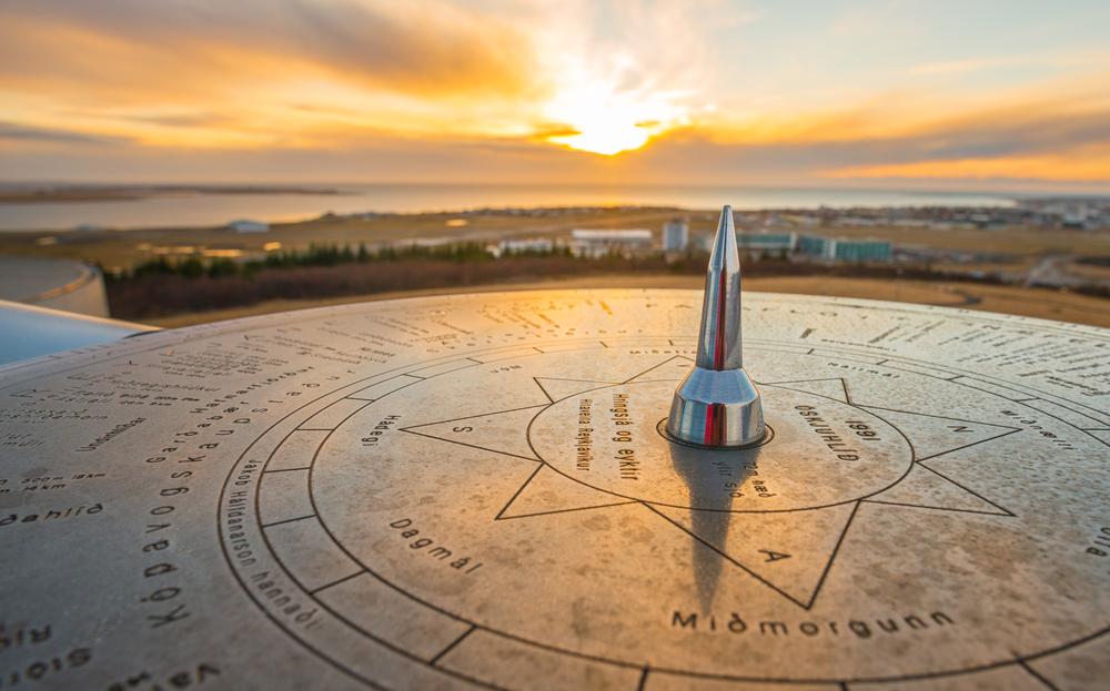 Reloj solar en PReykjavik para medir el tiempo y las horas de sol en islandia