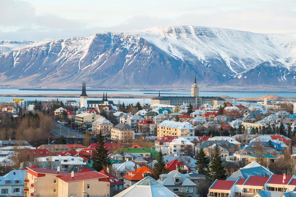 vistas panoramicas de Reyljavik con el monte nevado en invierno de fondo