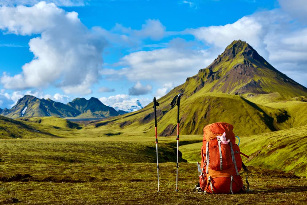 Mochila de senderismo con las montañas de Landmannalaugar al fondo donde se puede ir en coche propio