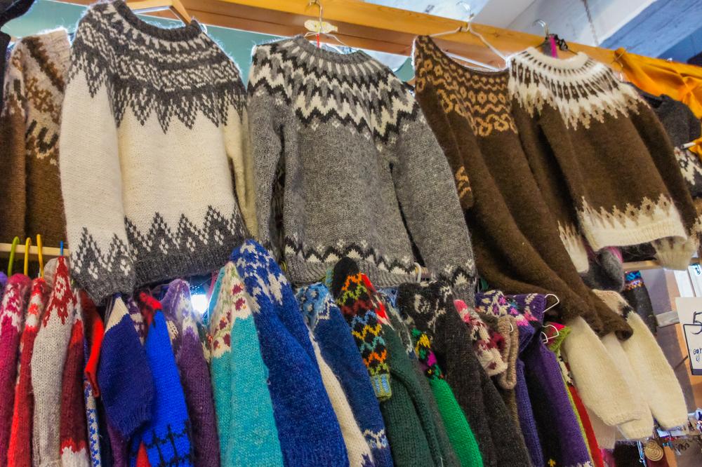 Tienda con Lopapeysa uno de los suvenires más islandeses
