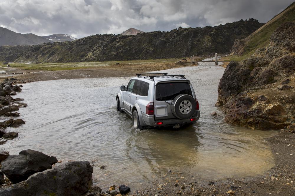 Coche 4x4 cruzando un rio en una de las rutas de coche de Landmannalaugar