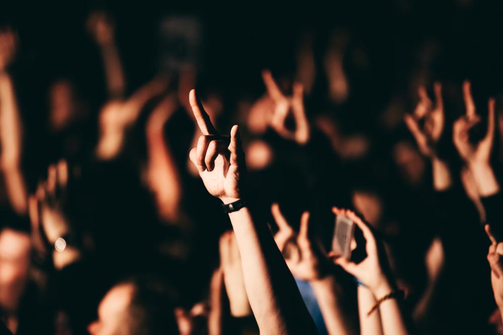 Gente en un concierto de Rock, temática utilizada en el museo del rock de Keflavik
