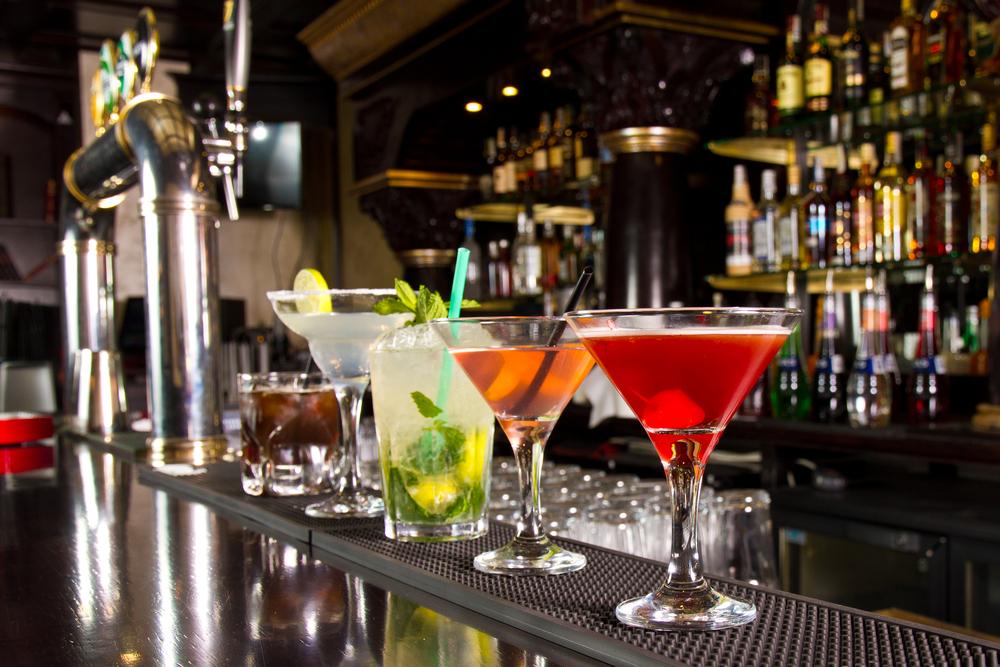 Diferentes tipos de bebidas y cócteles en una bar de Reikiavik