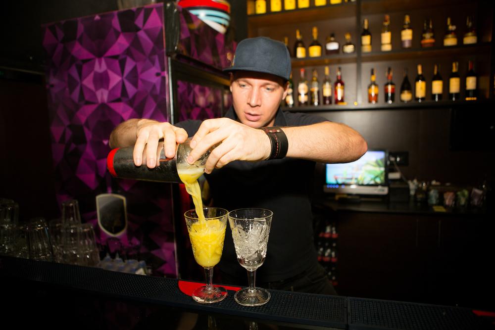 Camarero preparando cócteles en la zona de marcha y fiesta en Reikjavik