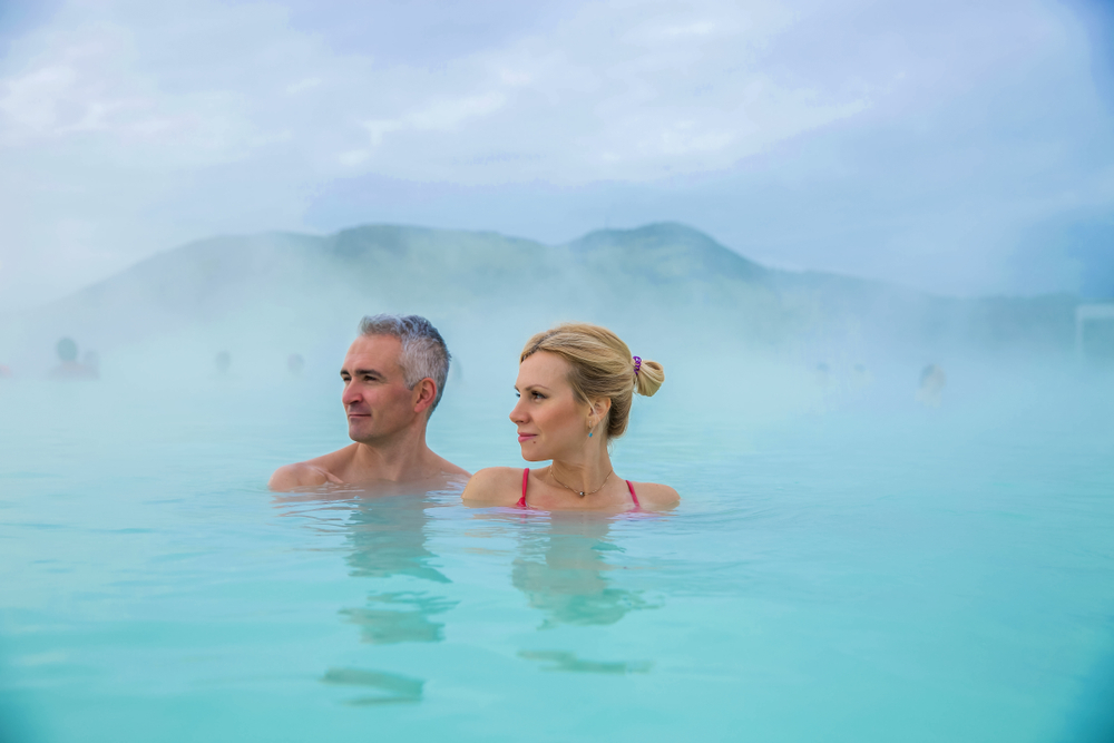 Pareja disfrutando de los baños termales islandeses