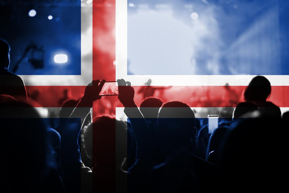 Of Monster and Man en un concierto, bandera de Islandia de fondo