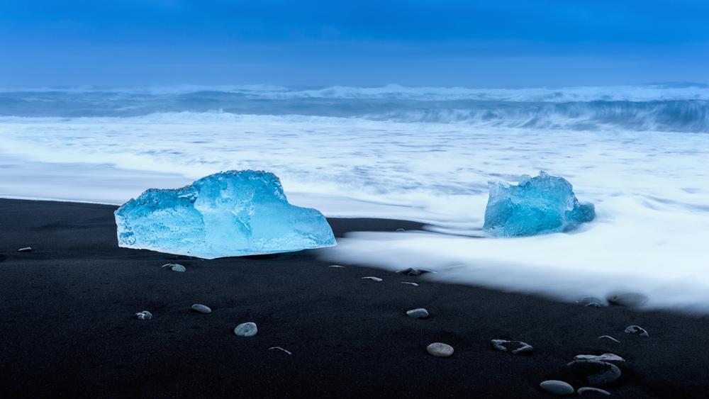 Bloques de hielo azul sobre arena negra, uno de los grandes contrastes de Islandia