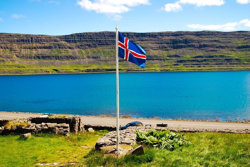 bandera de Islandia izada en un sitio oficial