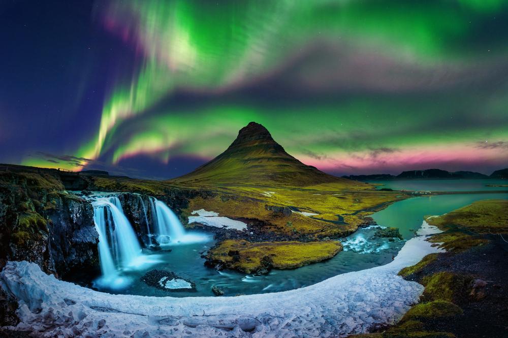 Auroras boreales de diversos colores sobre el cielo islandés
