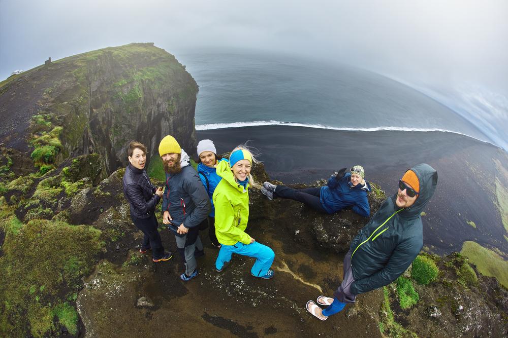Grupo de turistas en zonas de importancia turística en Islandia