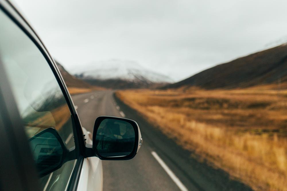 Coche en carretera de ruta por Islandia