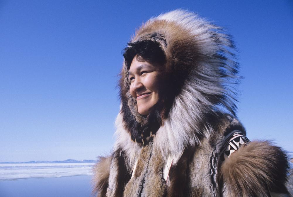 Mujer Inuit en su traje tradicional. El origen de los pueblos es una intrigante historia entre Islandia y Groenlandia