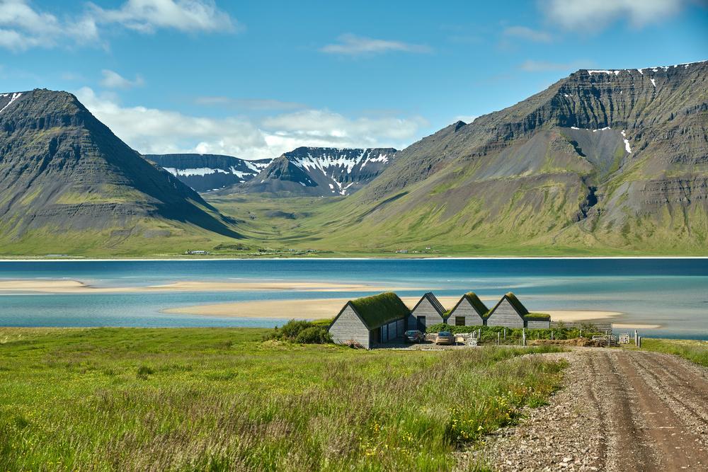 Los fiordos de Islandia en Julio, con los prados verdes