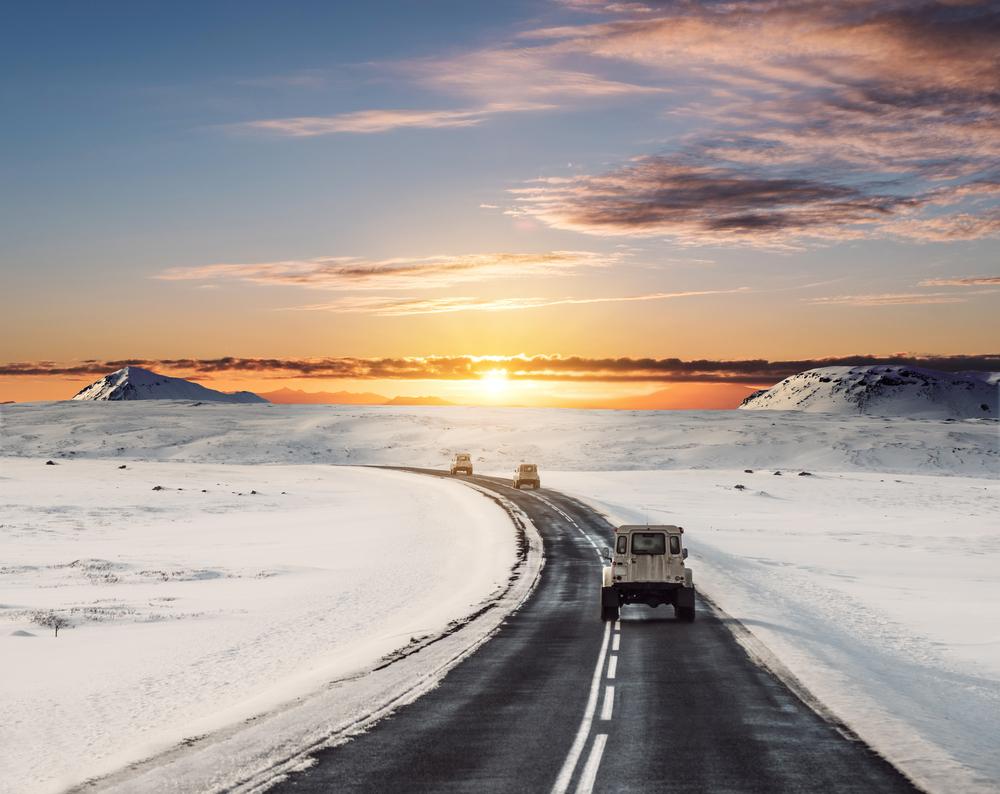 Ruta en coche por Islandia con el paisaje nevado en el atardecer