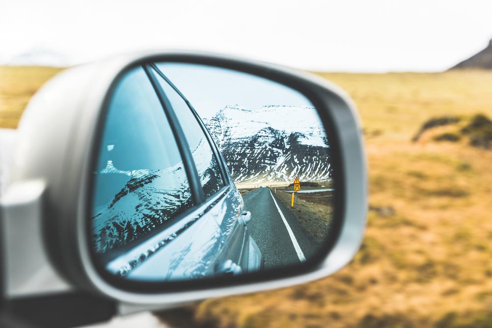 Paisaje con nieve al conducir por Islandia