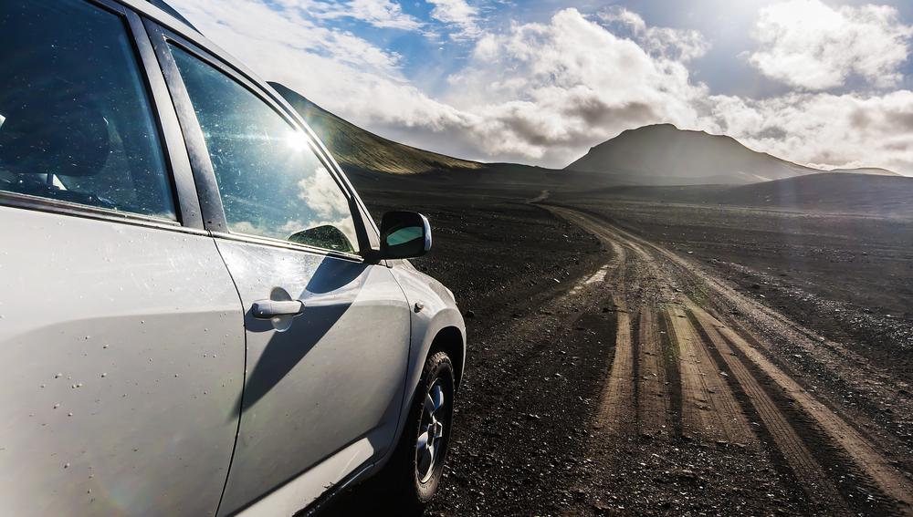 Ruta en coche por Islandia con vehículo sobre gravilla