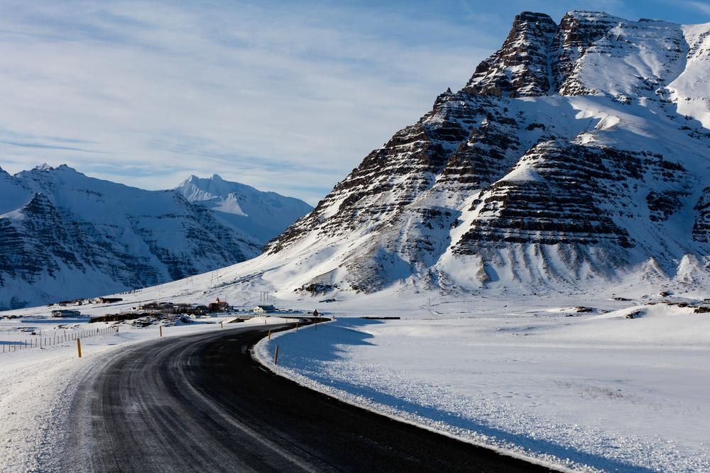 Paisaje nevado en una ruta en coche por Islandia