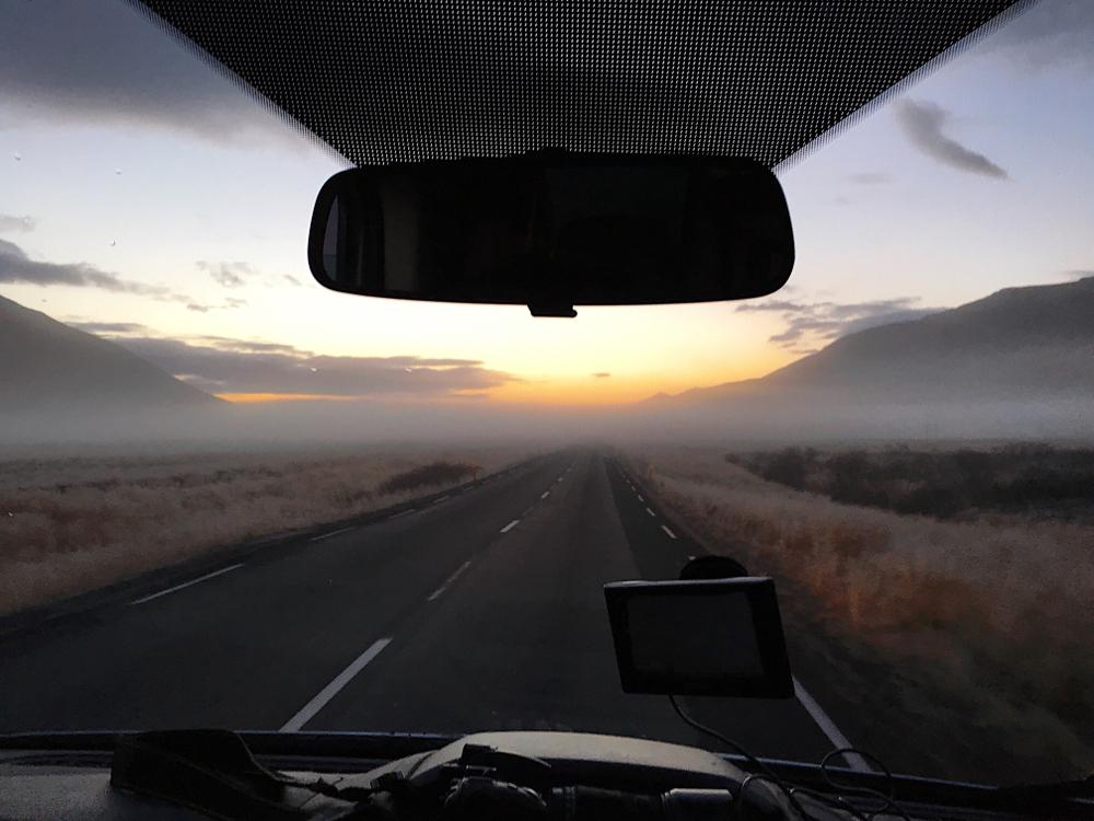 Coche en carretera con GPS y una sugerencia de itinerario marcada