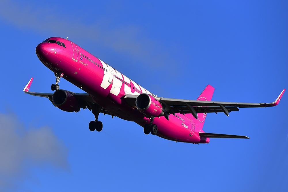 Avion de WOW Airlines, una compañia de vuelos baratos a Islandia