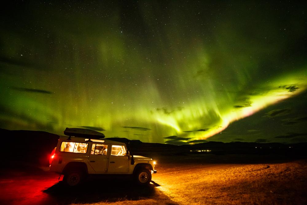 Auroras boreales sobre las tierras altas de Islandia vistas desde un Jeep