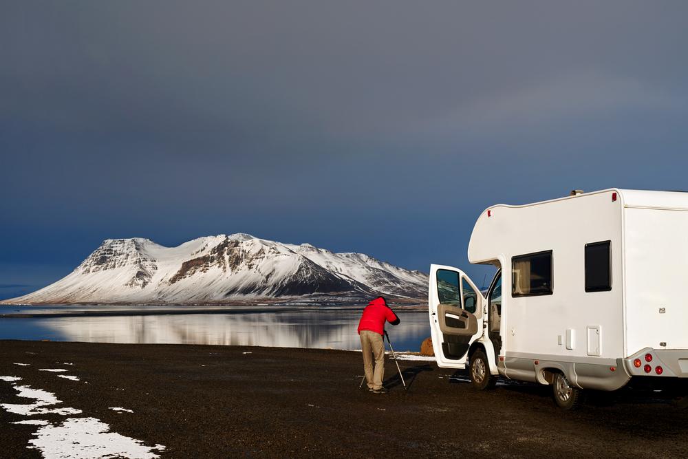 Viajero en una camper en invierno en Islandia