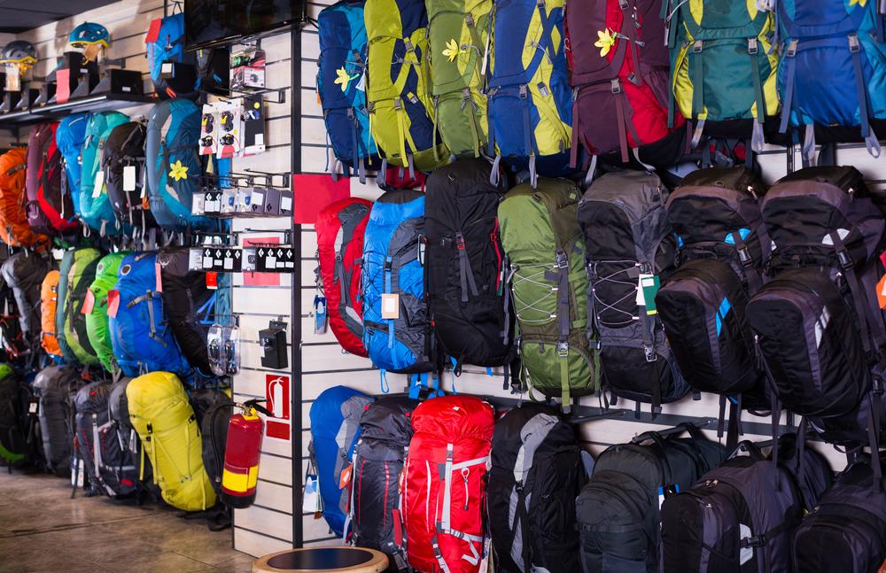 Selección de mochilas de camping en tienda