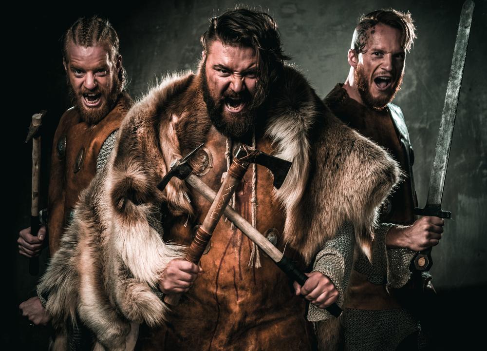 Vikingos con trajes tipicos y preparados para la guerra
