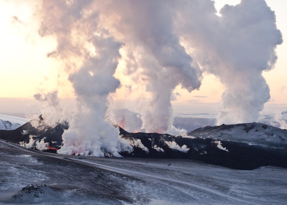 vapor, ceniza y lava en una erupción volcanica en Islandia