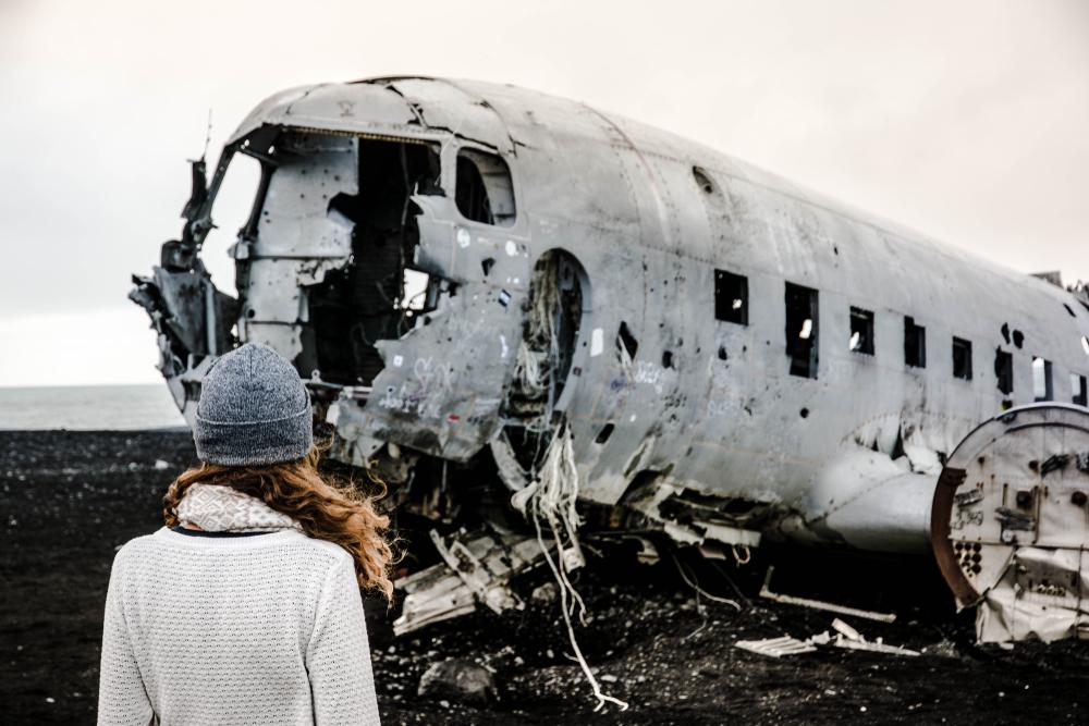 Chica haciéndose fotos en el accidente aéreo