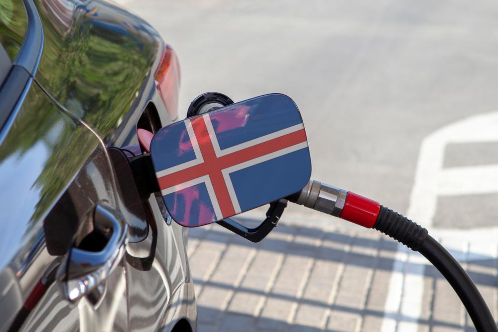 coche rellenando el tanque de combustible en Islandia