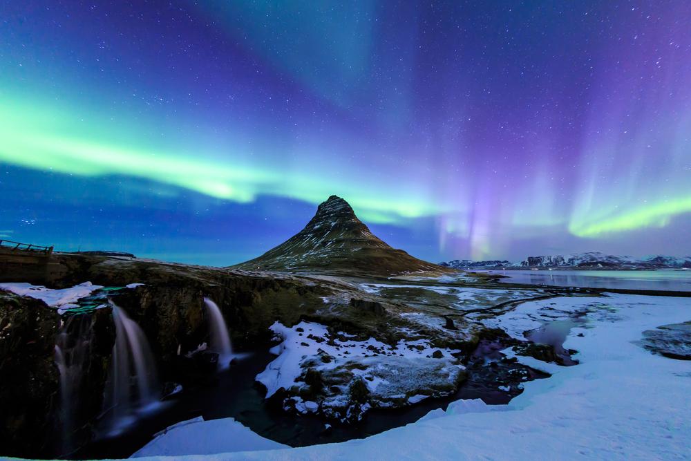Paisaje típico Islandés con la Aurora boreal de fondo