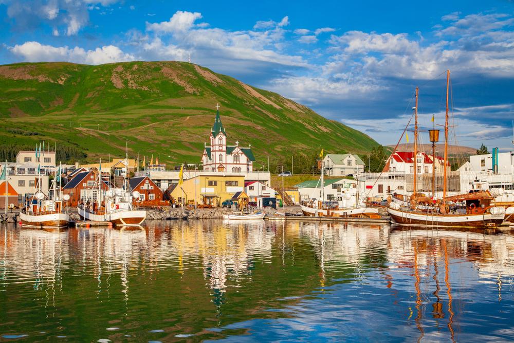 Escena del puerto de Husavík en el circulo de diamante