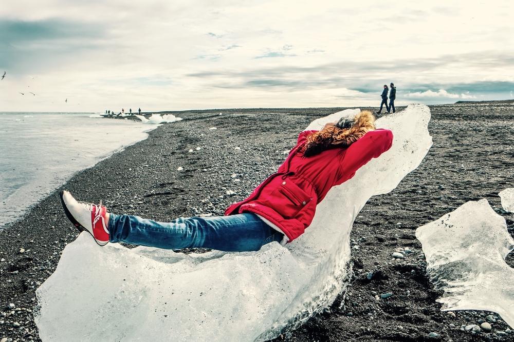 Chica relajandose en su vaje por carretera en Islandia