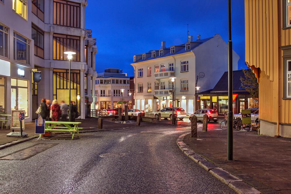 Islandeses sobrellevando la oscuridad disfrutando de la ciudad