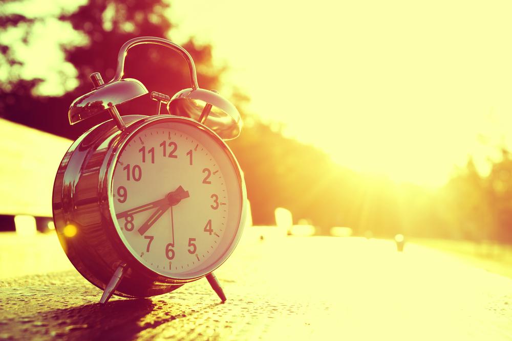 Reloj con horas de sol en islandia en invierno