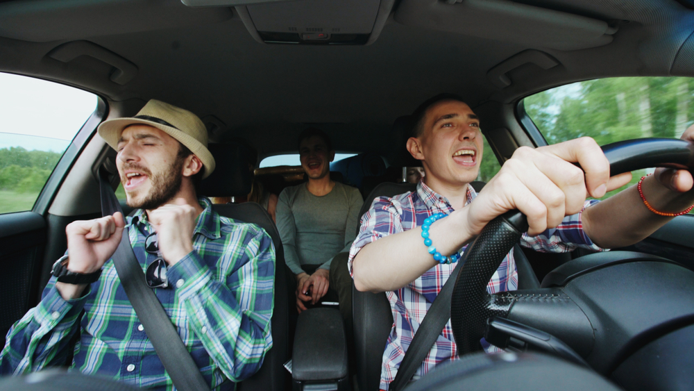 Chicos cantando a pleno pulmón en Islandia