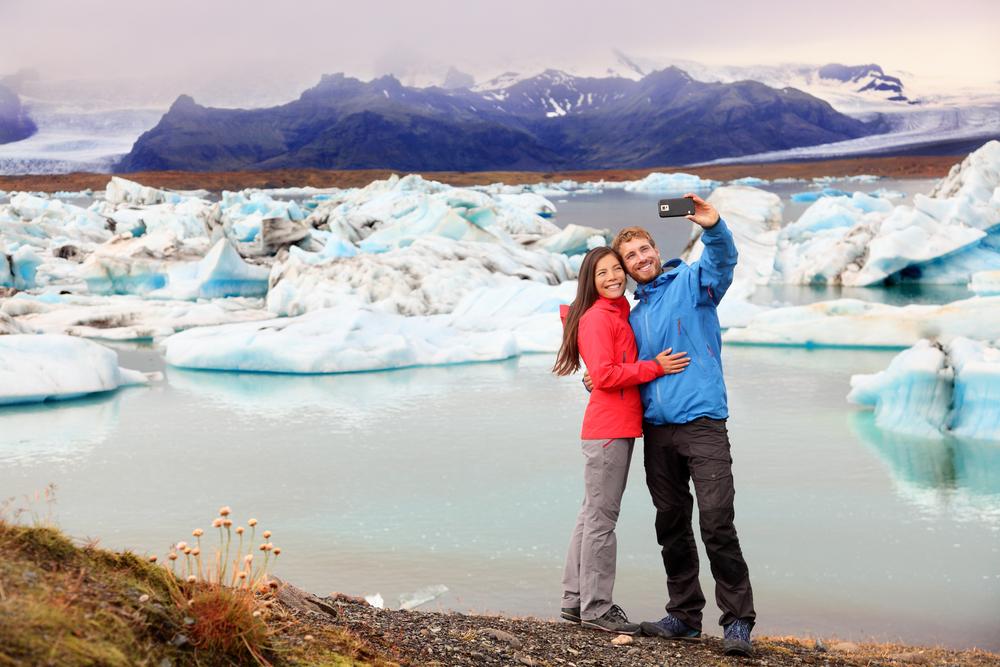 Pareja tomándose selfies en Islandia