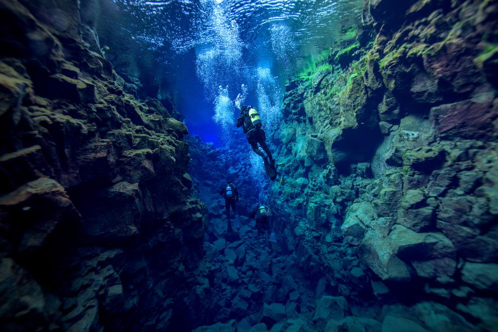 Buceadores en Silfra al sur de Islandia