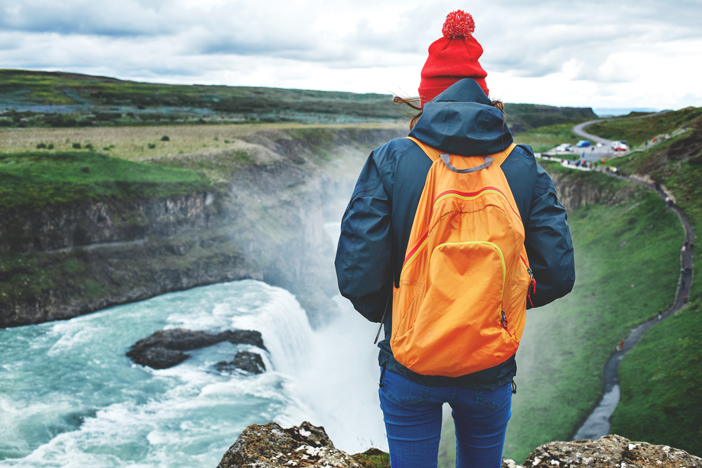 Joven viajando solo por Islandia