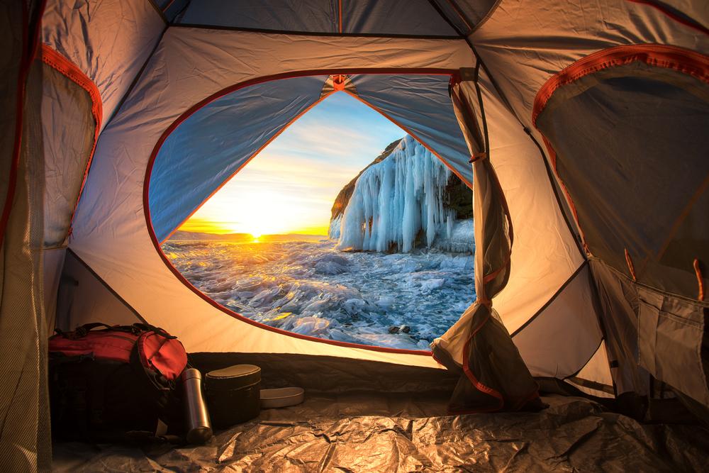 Tienda de campaña en camping abierto en invierno en Islandia
