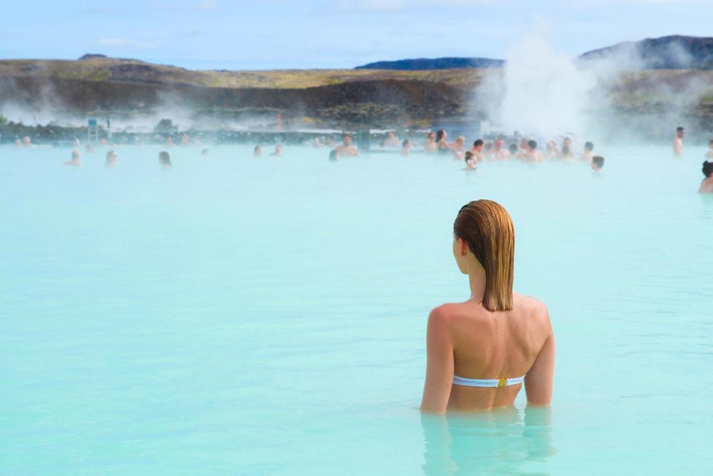Chica disfrutando de una arde VIP en el blue lagoon