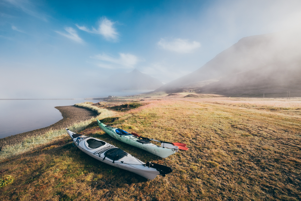 Kayaks al margen del fiordo