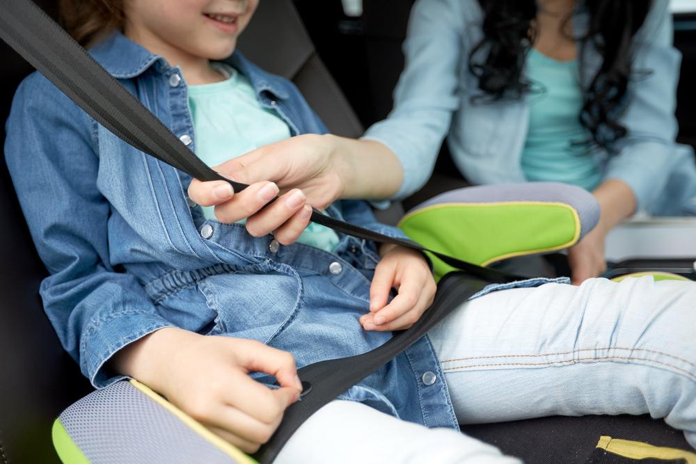 Madre abrochando cinturón de seguridad en viaje en coche por Islandia