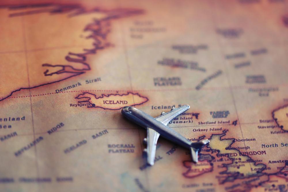 Mapa y avión de juguete como metáfora de un viaje por Islandia