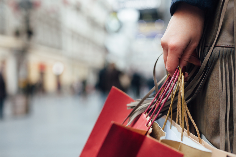 Chica con bolsas de compras en Islandia