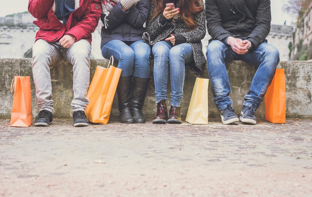 jovenes sentados con bolsas de compras en Islandia