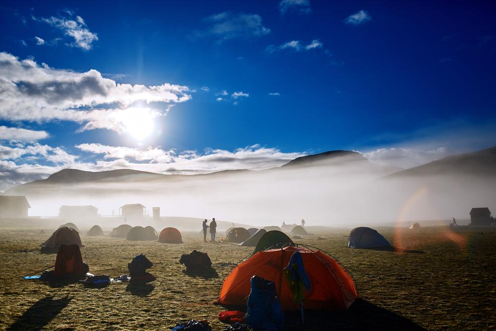 camping en islandia abierto todo el año con diversos campistas