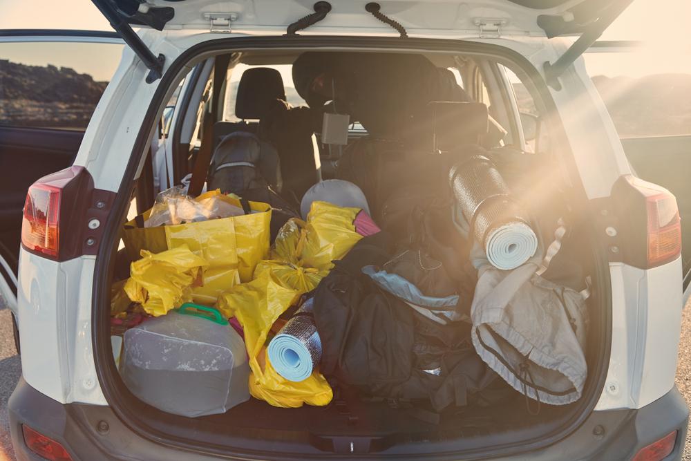 Coche con implementos para acampar en campings en islandia abiertos todo el año