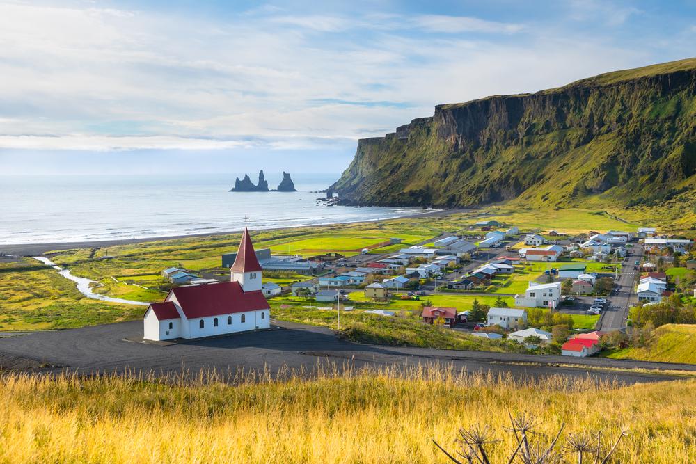 entre las iglesias más bonitas de Islandia está la de Vík, en lo alto de una colina